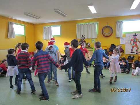 Les CM1 vont fêter Noël avec leurs partenaires de CS dansecm1-gs